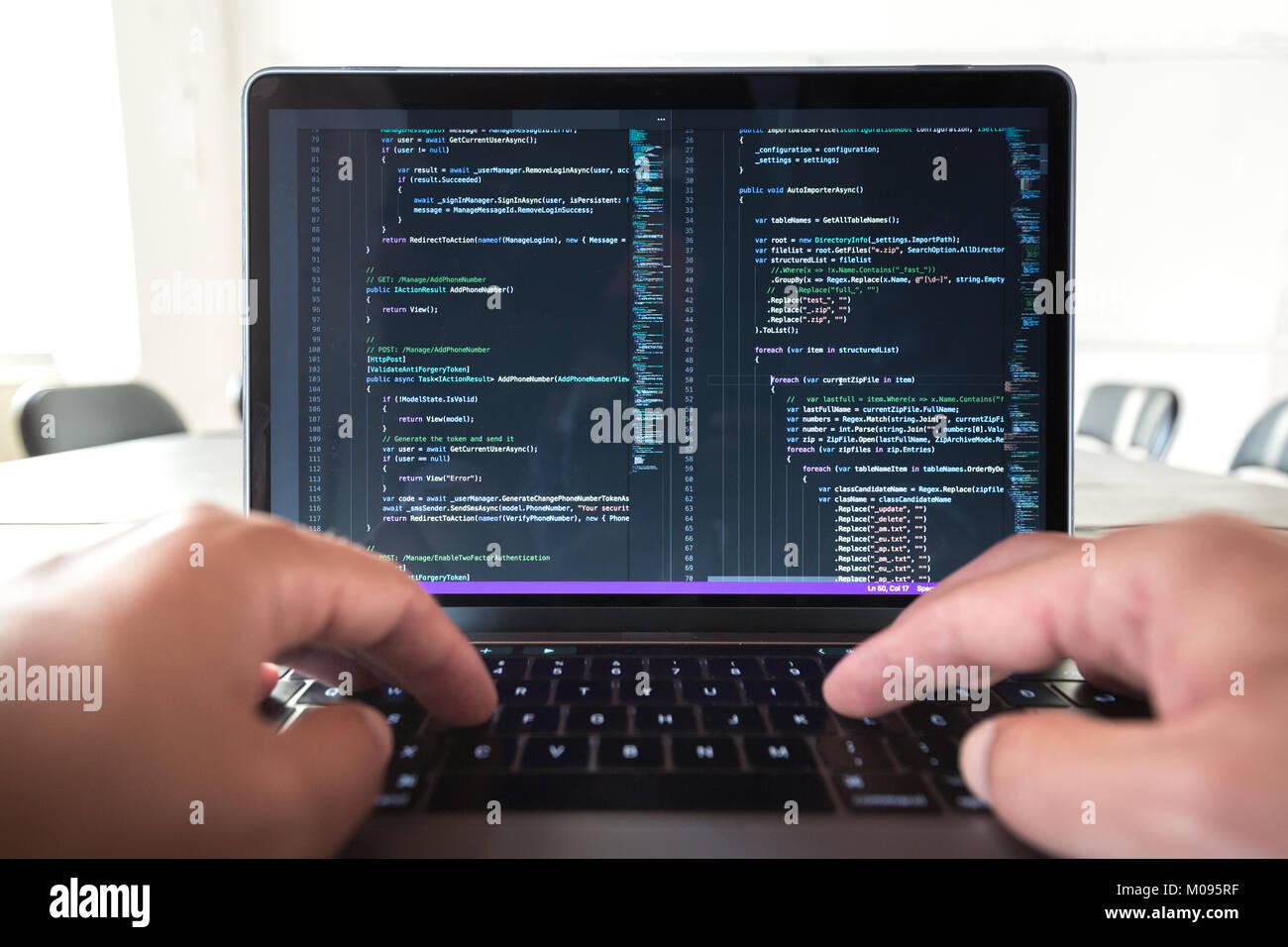 Programmierer Beruf - Mann schreiben Programmierung Code auf dem Laptop. Stockfoto