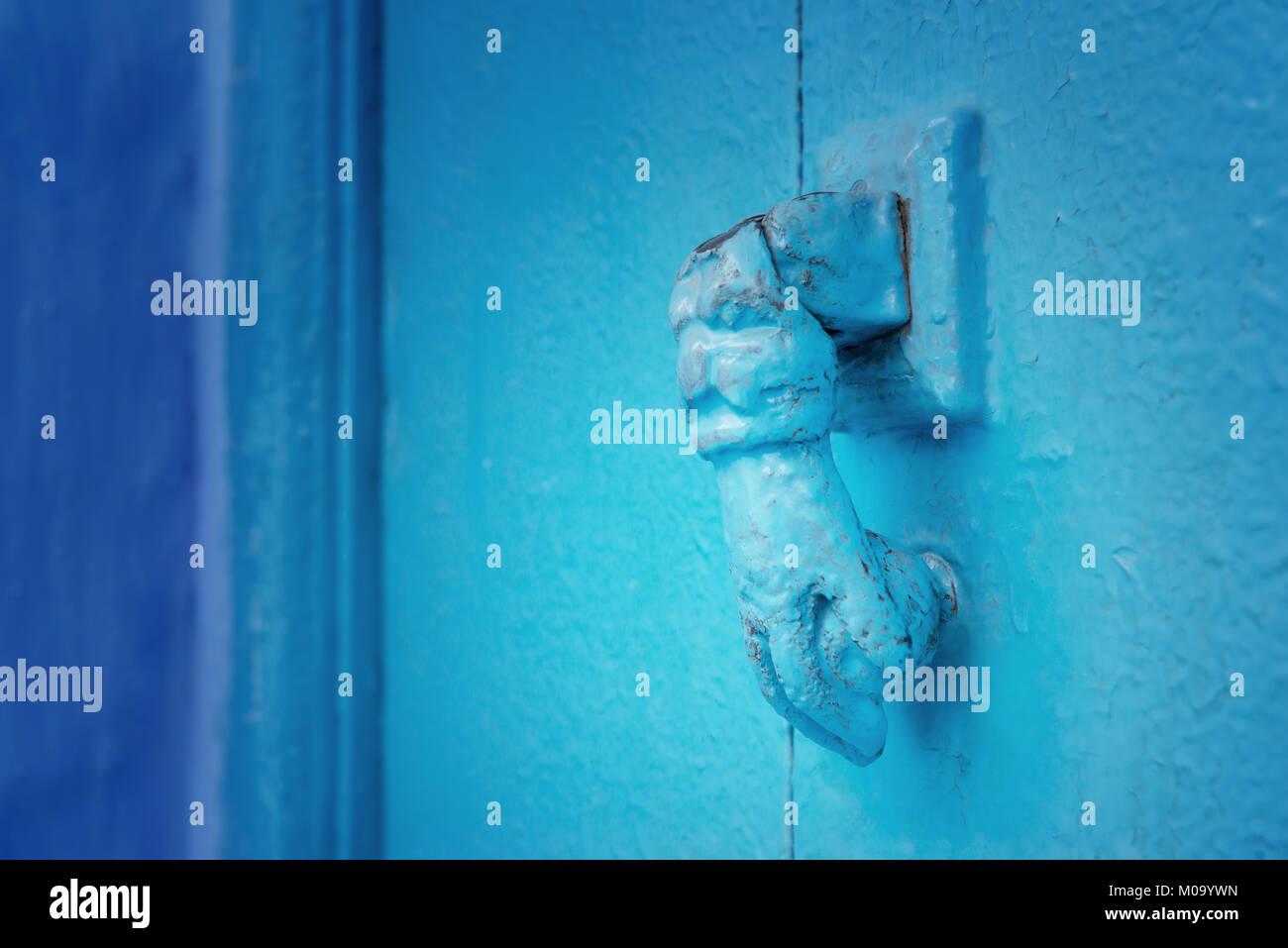 Eiserne Tür griff in die Form einer Hand an einem blauen Holz-, marokkanische Tür in Zirl. Stockbild