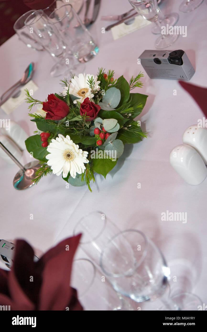 Hochzeit Tischdekoration Mit Roten Und Weissen Blumen Und Tabelle