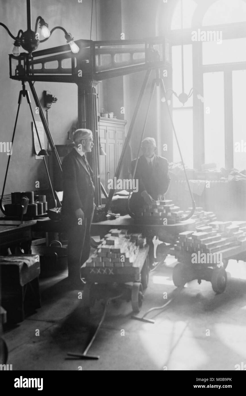 Zwei Männer wiegen geeignet Goldbarren auf den Skalen an den US Mint Stockbild