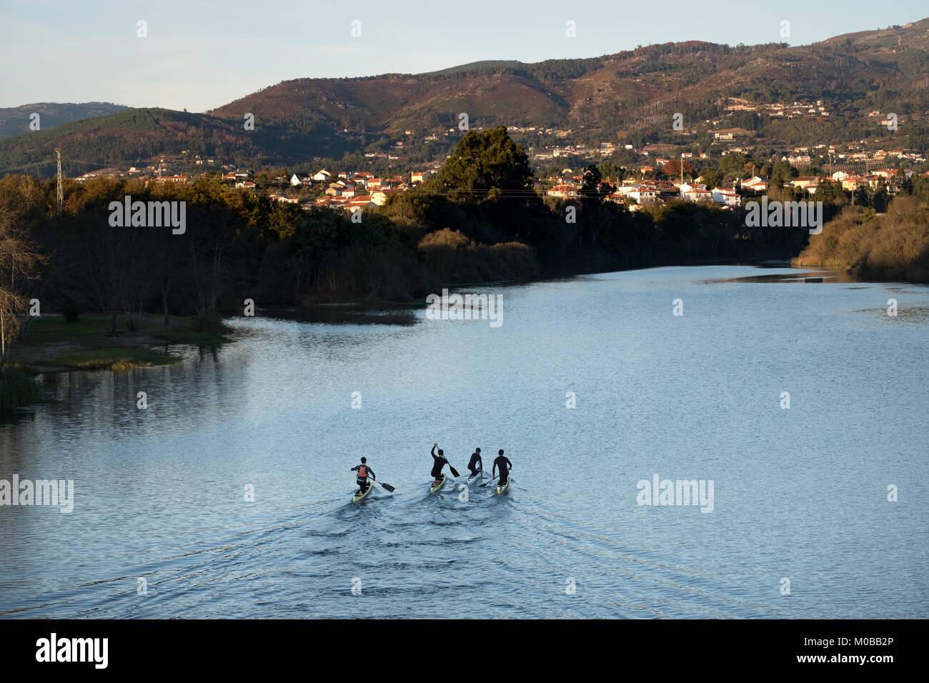 Fluss In Portugal menschen paddeln auf einem fluss in portugal mit einem schönen