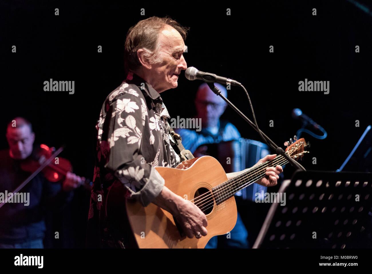 Martin Carthy führt in einem Konzert zu Ehren des verstorbenen Dave warb' Schirmer, Handwerk Verein, Halifax, Stockbild