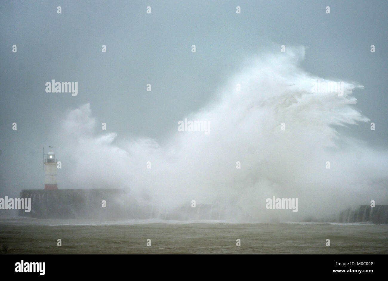 Rauhe See in Newhaven als winter storm Hits. Stockbild