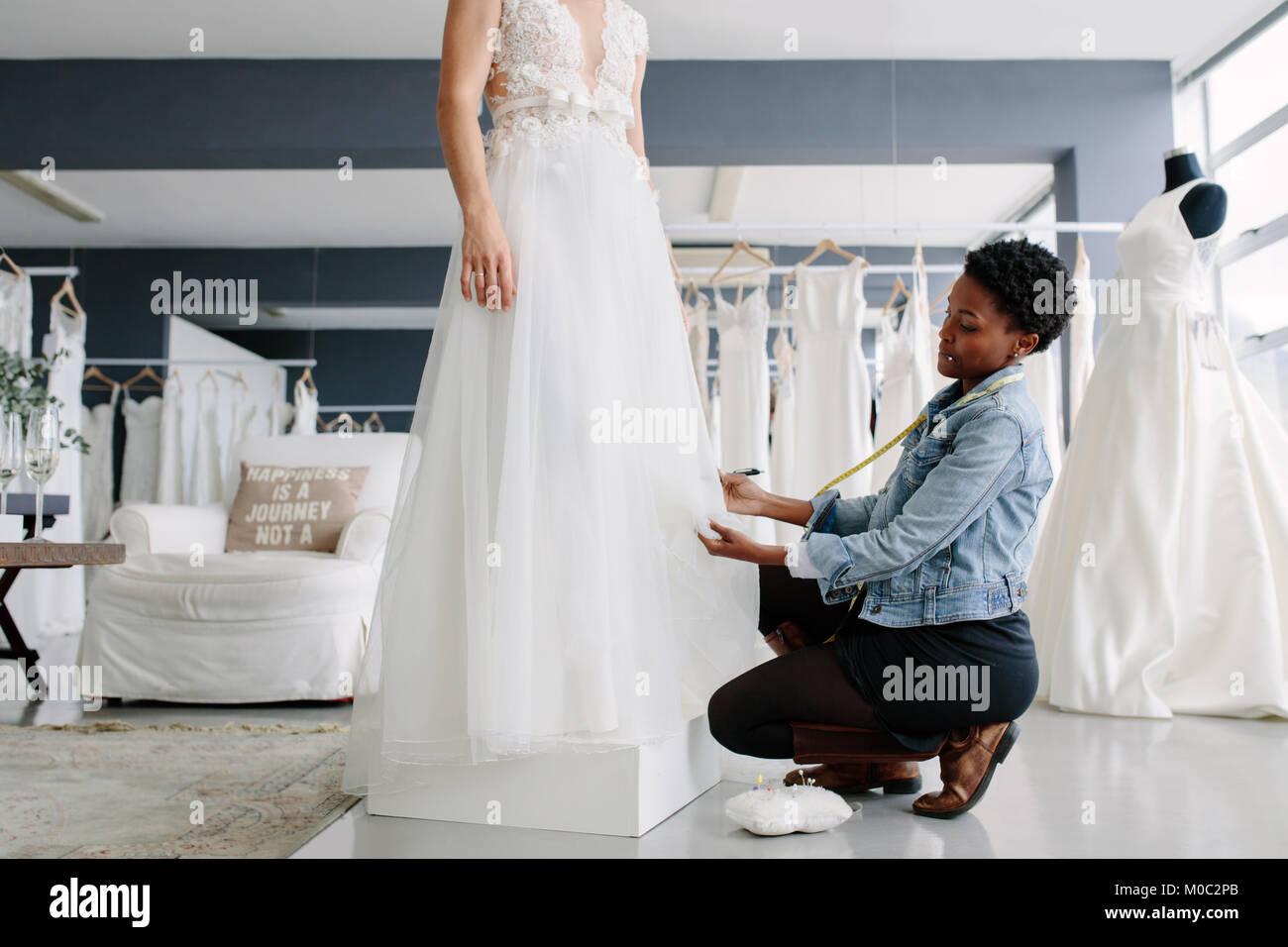 Afrikanische Frauen Anpassungen auf Brautkleid in Mode Designer ...