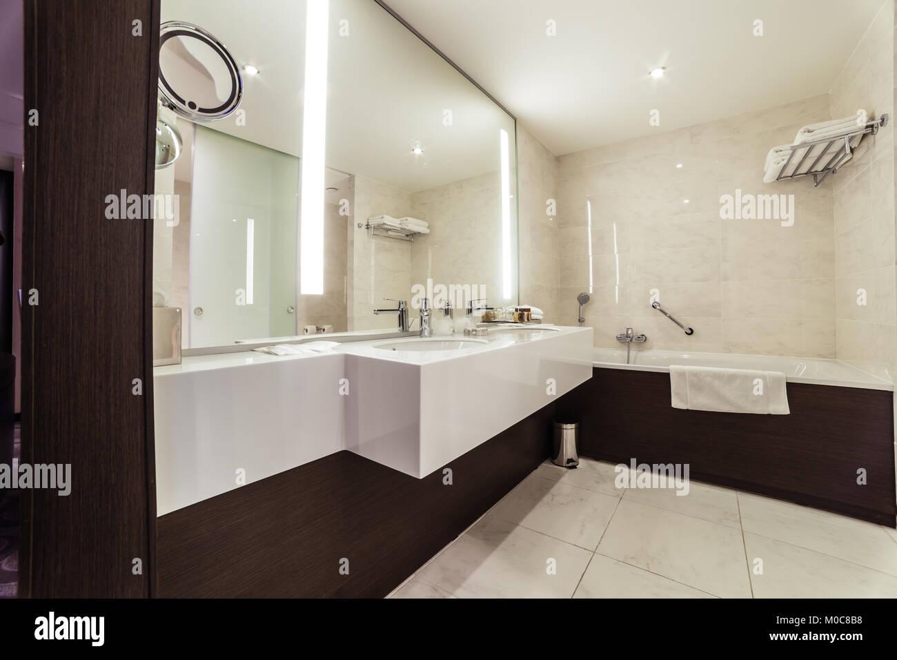 Designer Badezimmer mit Dusche Fliesen Stockfoto, Bild: 172373692 ...