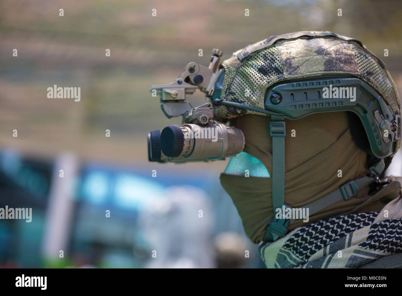 Binokulares nachtsichtgerät auf militärischen helm stockfoto bild