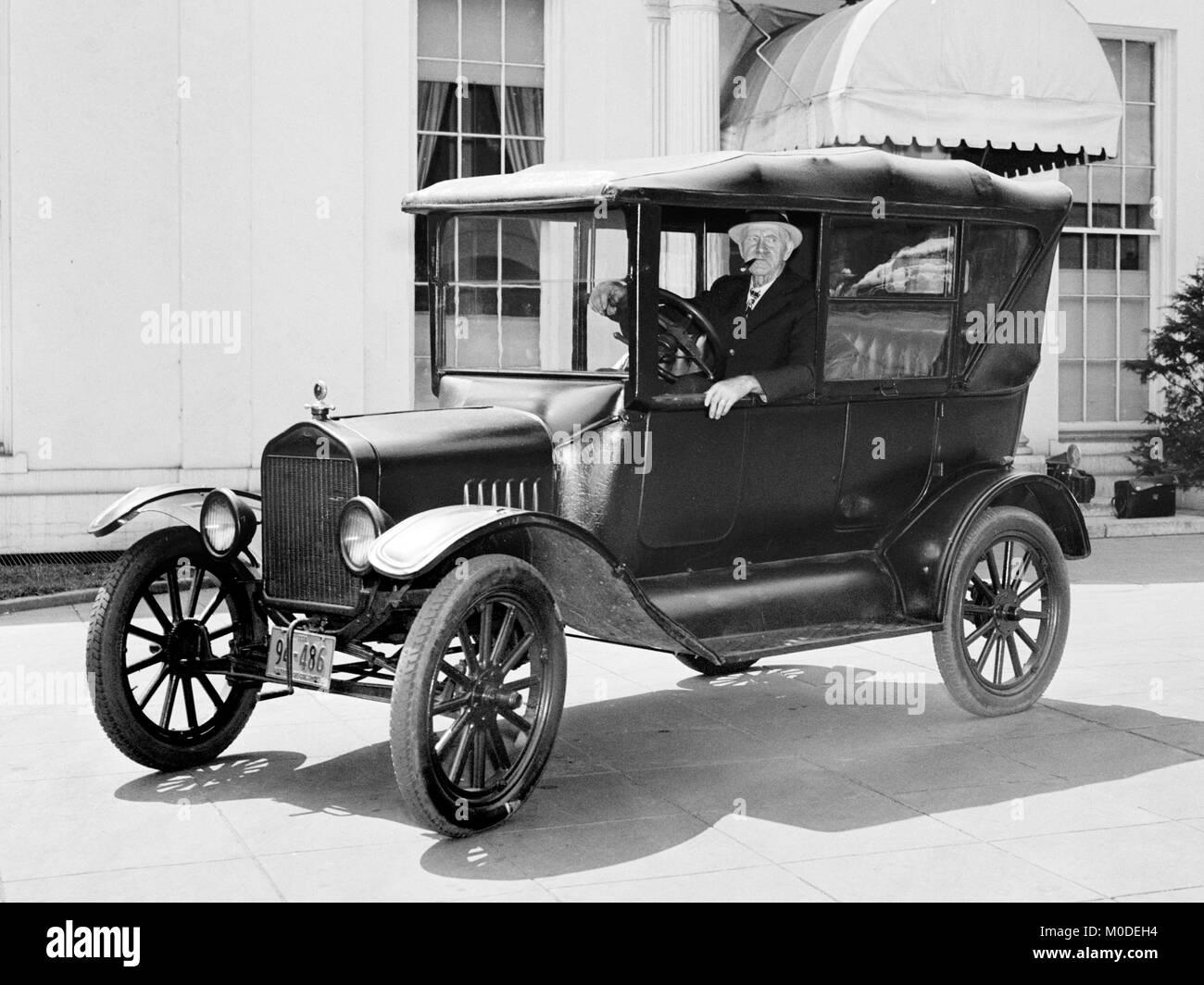 1921 Model T Ford fotografiert 1938 von Harris und Ewing vor dem Weißen Haus Executive Büros in Washington Stockbild