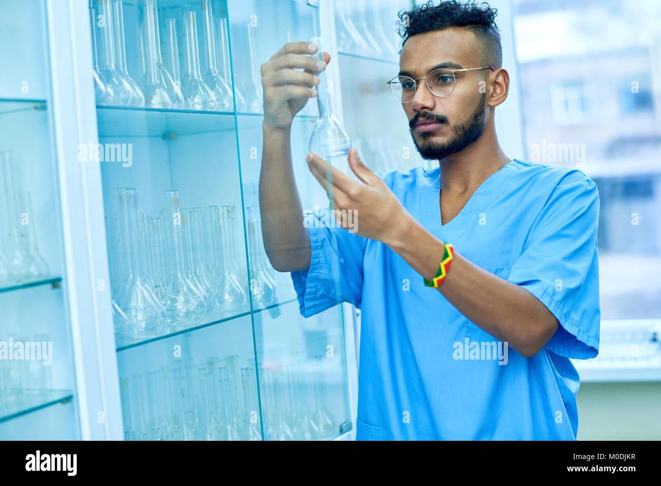 Techniker prüfen Reagenzgläser Stockbild