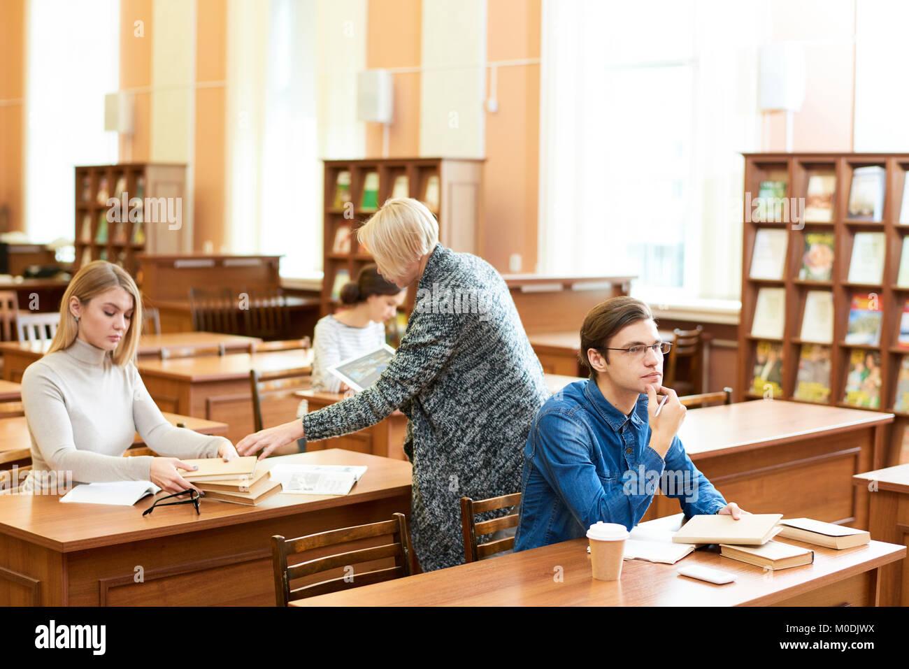 Arbeitsprozess in der Universität Reading Room Stockfoto