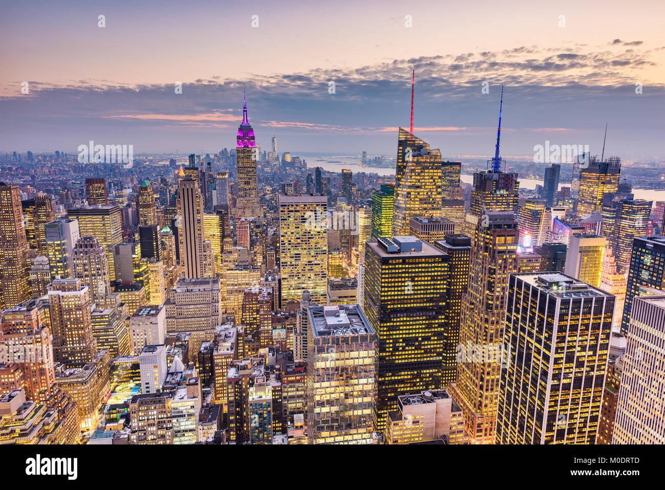 New York City, USA Midtown Manhattan Financial District Stadtbild in der Abenddämmerung. Stockfoto