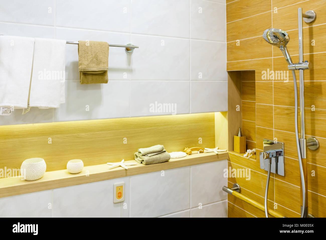 Interieur des Badezimmers für Behinderten oder älteren Menschen ...
