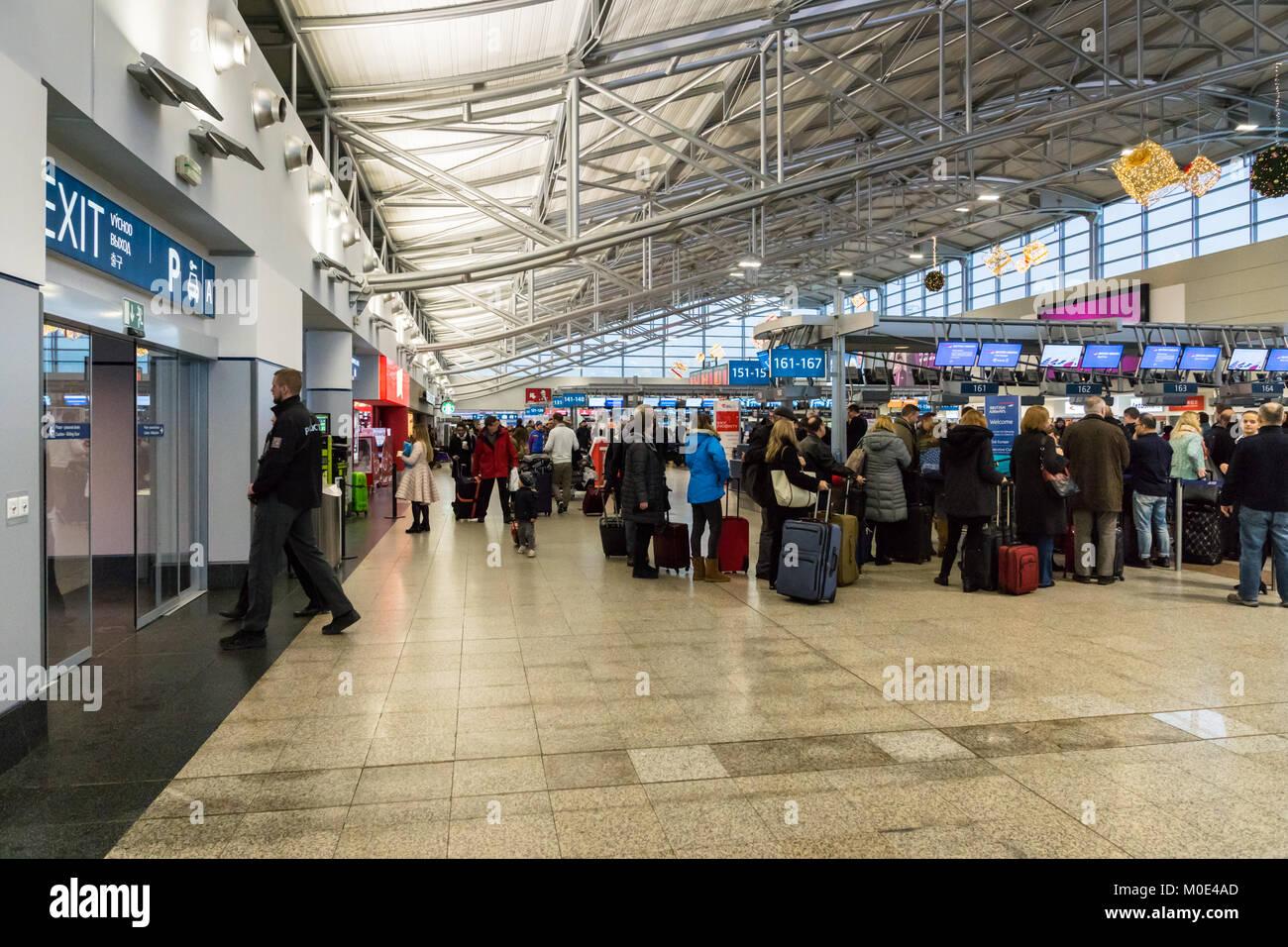 Prag, Tschechische Republik - Dezember 2017: Ankunft von Vaclav Havel Airport Terminal, früher bekannt als Stockbild