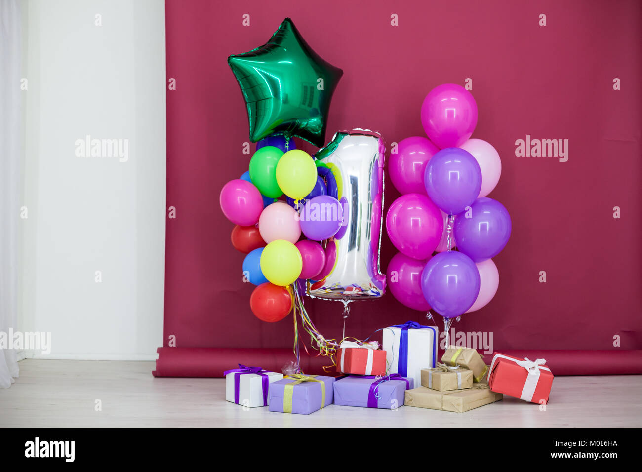 Ballons in verschiedenen Farben mit Geschenke für Geburtstag ...