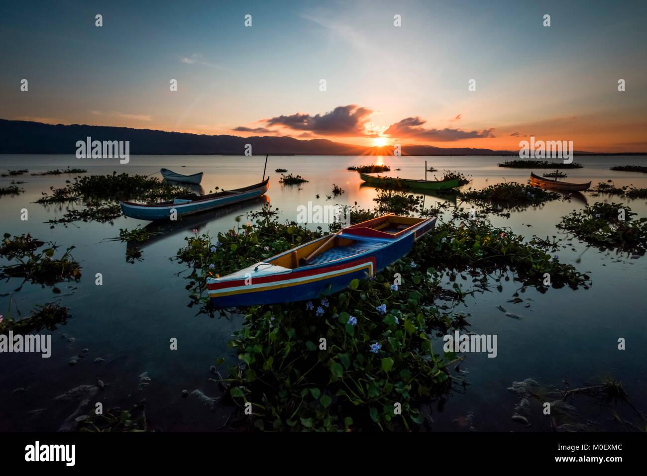 Boote auf limboto See bei Sonnenuntergang, Gorontalo, Indonesien Stockbild