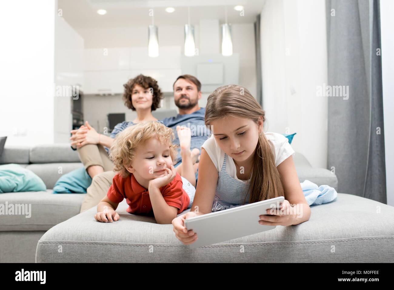 Freizeitaktivitäten der liebevollen Familie Stockbild