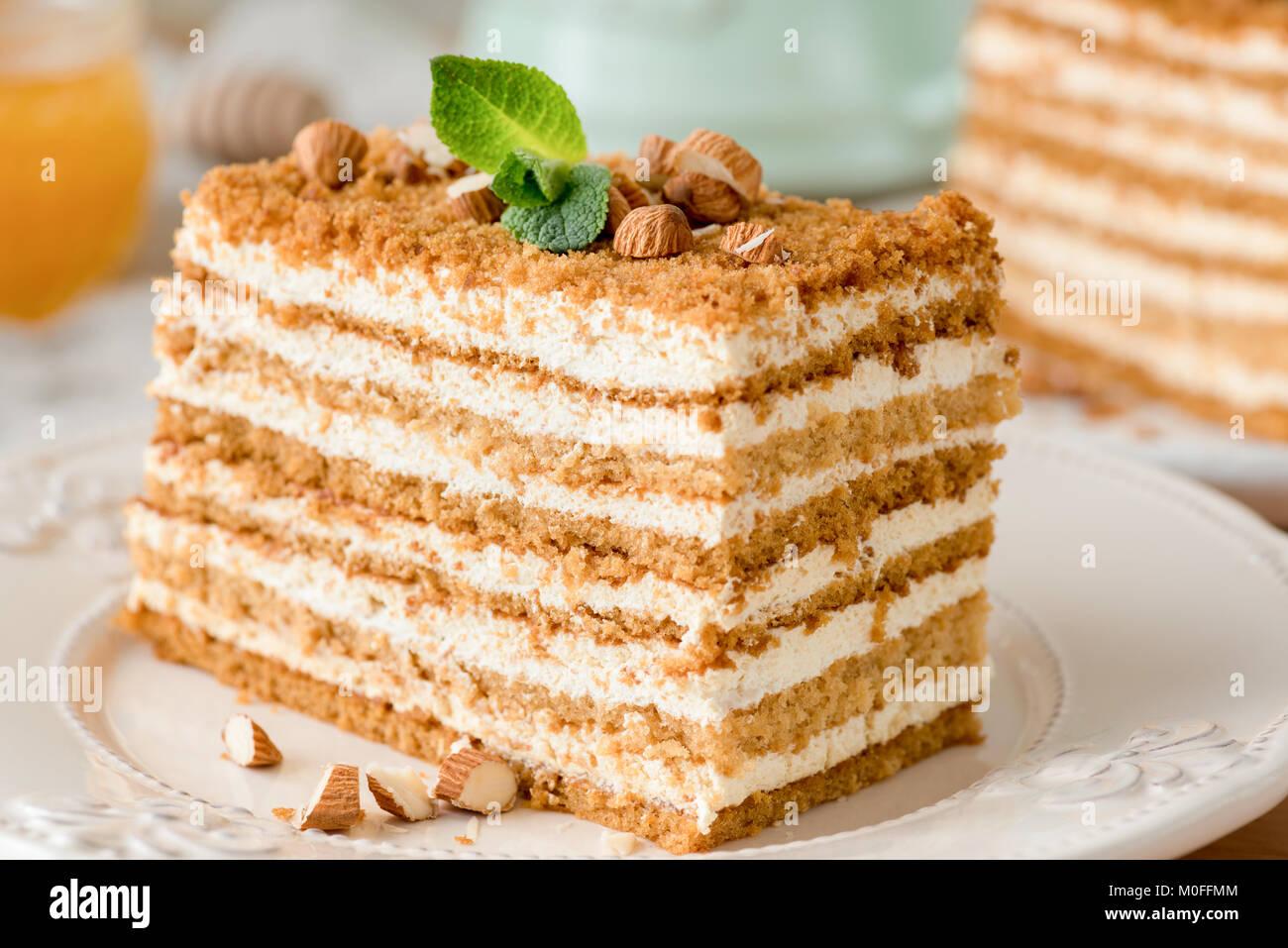 Honig kuchen medovik auf wei e platte 2 in 1 honig kuchen for Weisse kuchen bilder