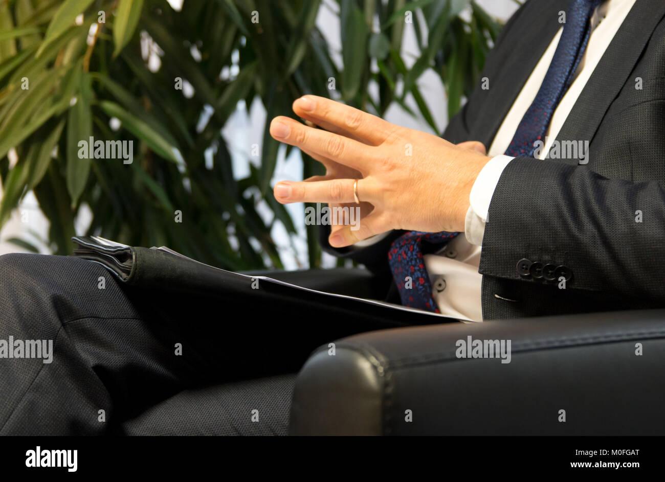 Geschäftsmann Chef oder Politiker geben Interview. Stockbild