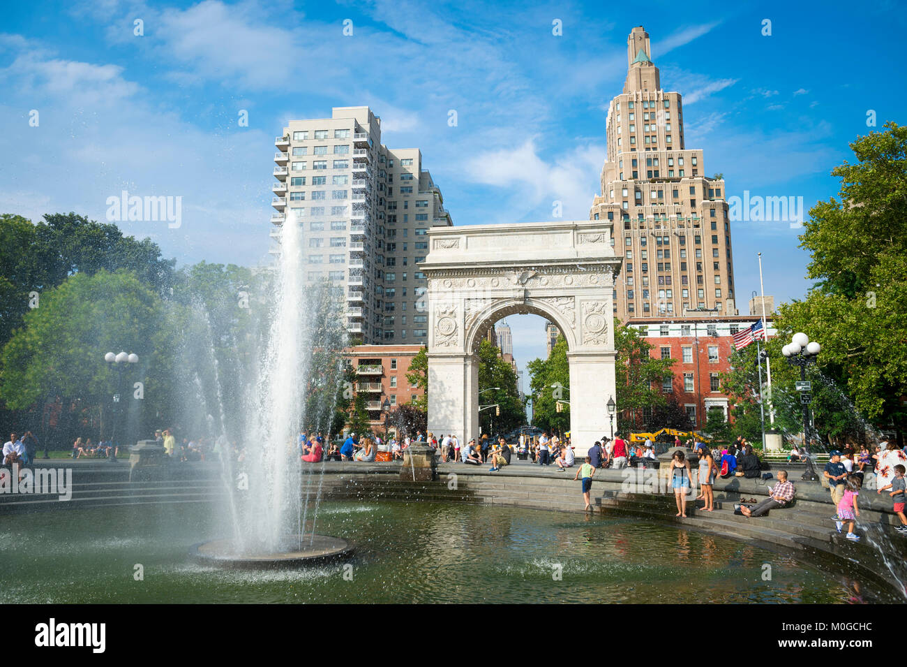 Schönen sonnigen Sommer am Nachmittag Blick auf den Brunnen und Arch am Washington Square Park in Greenwich Stockbild