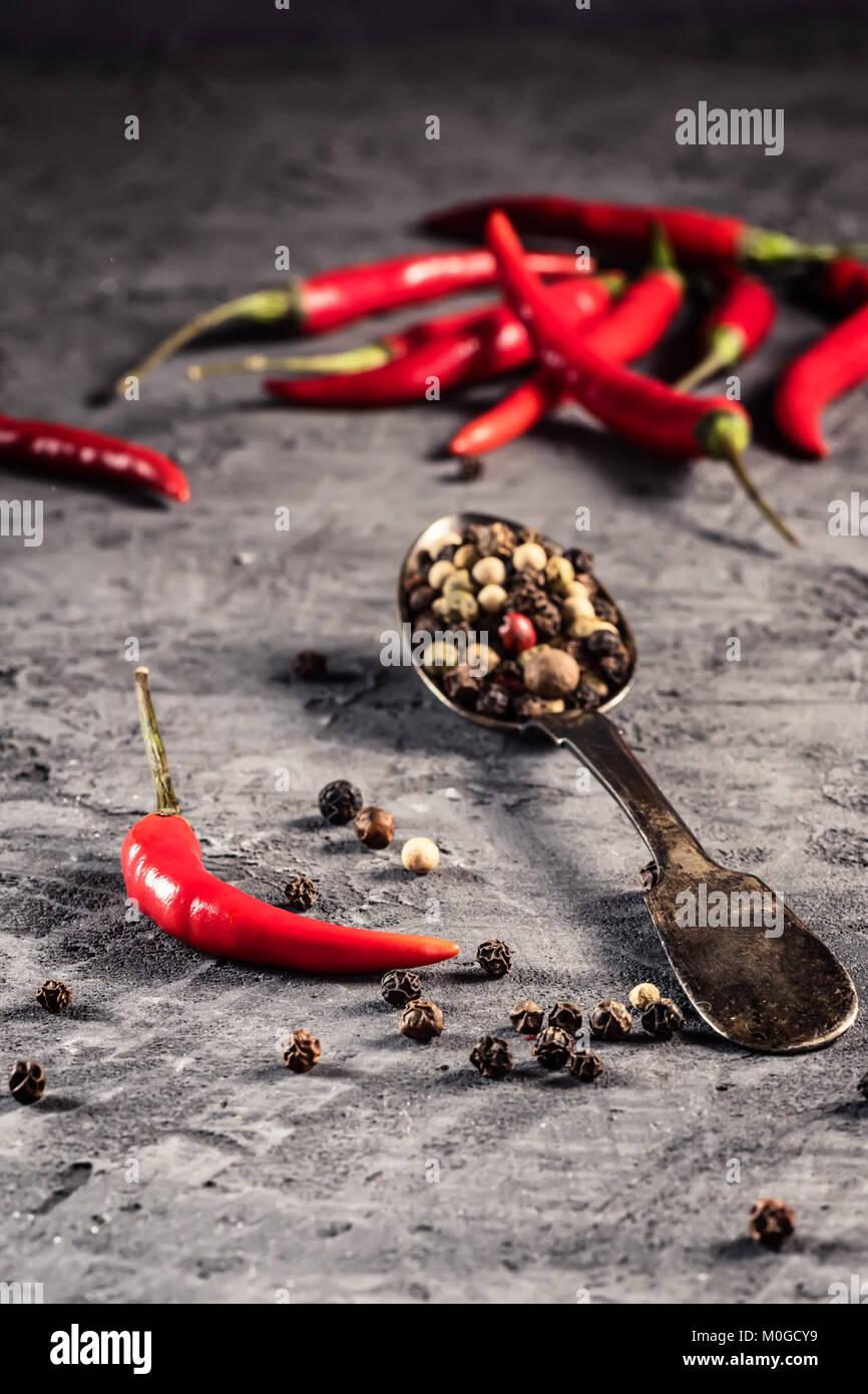 Red Hot Chili Pfeffer Paprika in und Paprika samen Kugel auf steinernen Tisch Zutat für mexikanische Küche, Stockbild