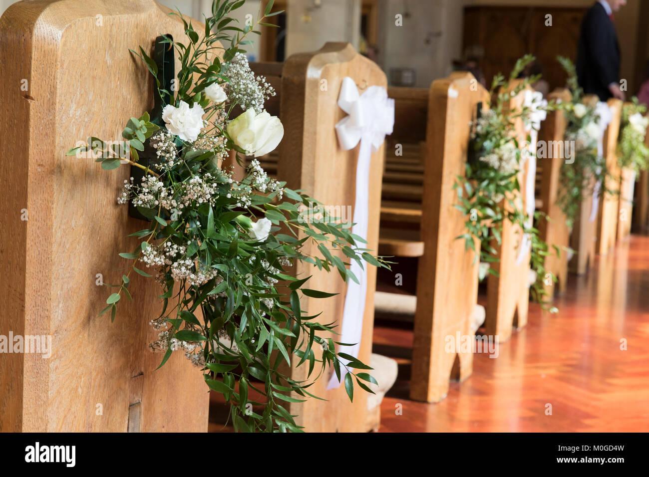 Kirche Banke Mit Blumen An Eine Hochzeit Eingerichtet Stockfoto
