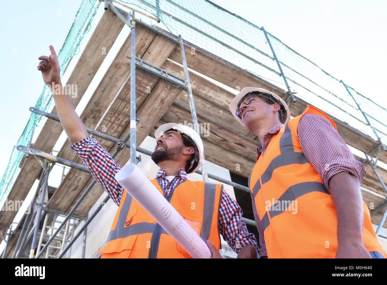 Teamwork auf der Baustelle - Site Manager und Architekten vor Ort beim Bau eines Hauses Stockbild