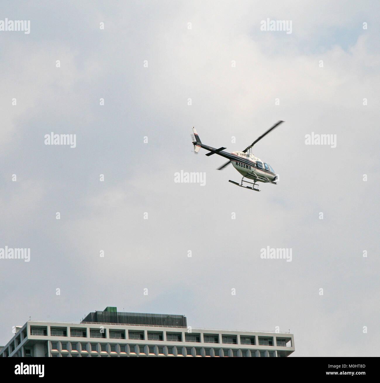 Die agusta-bell AB 206B Jet Ranger III N 408 HERR Hubschrauber über den 1 New York Plaza Gebäude fliegen Stockbild