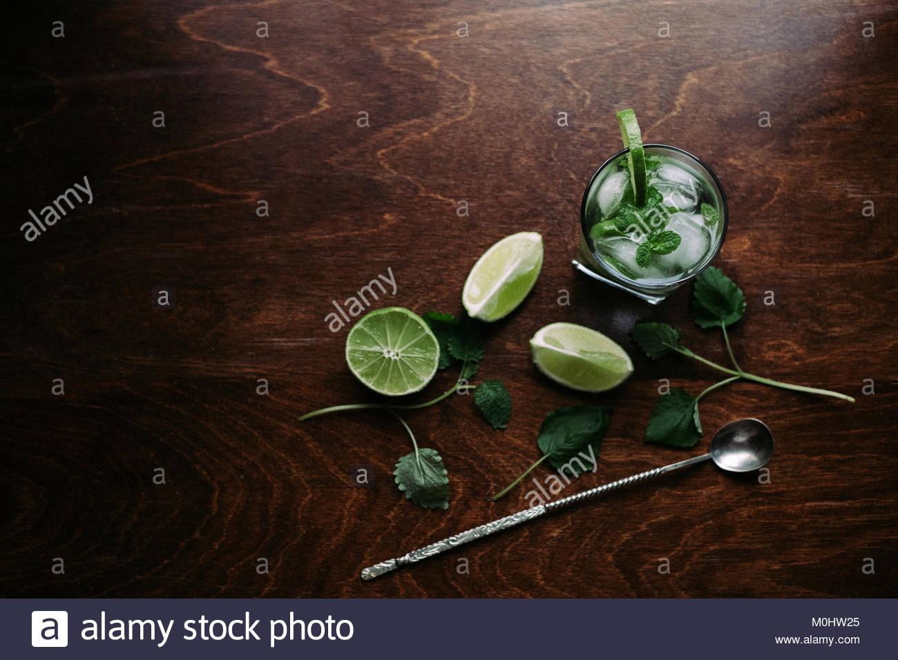 Frische Glas mit Mojito und Zutaten. Ansicht von oben Stockbild