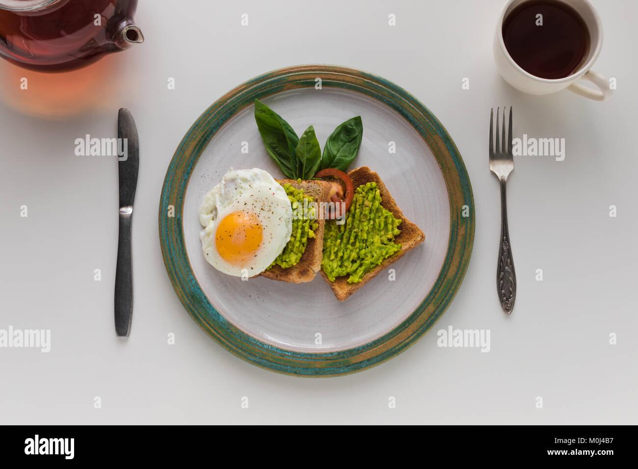 Spiegelei und Avocado auf Toast Stockbild