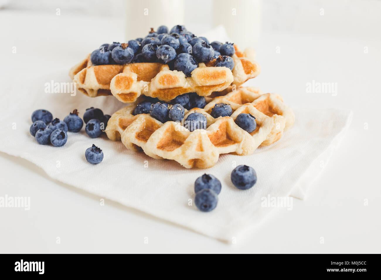 Leckere Waffeln mit Blaubeeren für Frühstück Stockbild