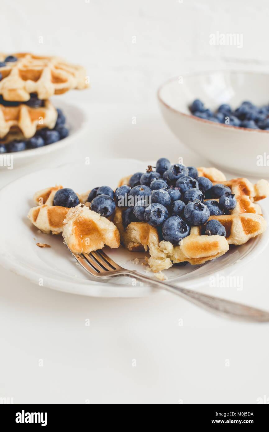 Zusammensetzung von frisch gebackenen Waffeln und Heidelbeeren zum Frühstück Stockbild