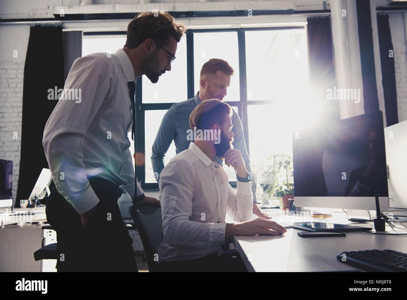 Unternehmer im Büro im Internet Netzwerk verbunden. Konzept der Partnerschaft und Zusammenarbeit. Stockbild