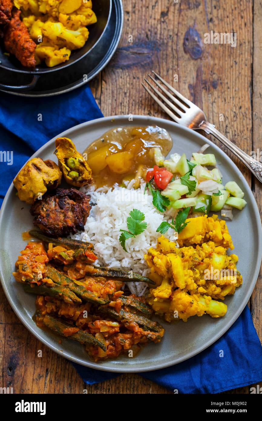 Indisches essen mit Aloo Gobi, Okra, Curry, Reis und pakoras Stockbild