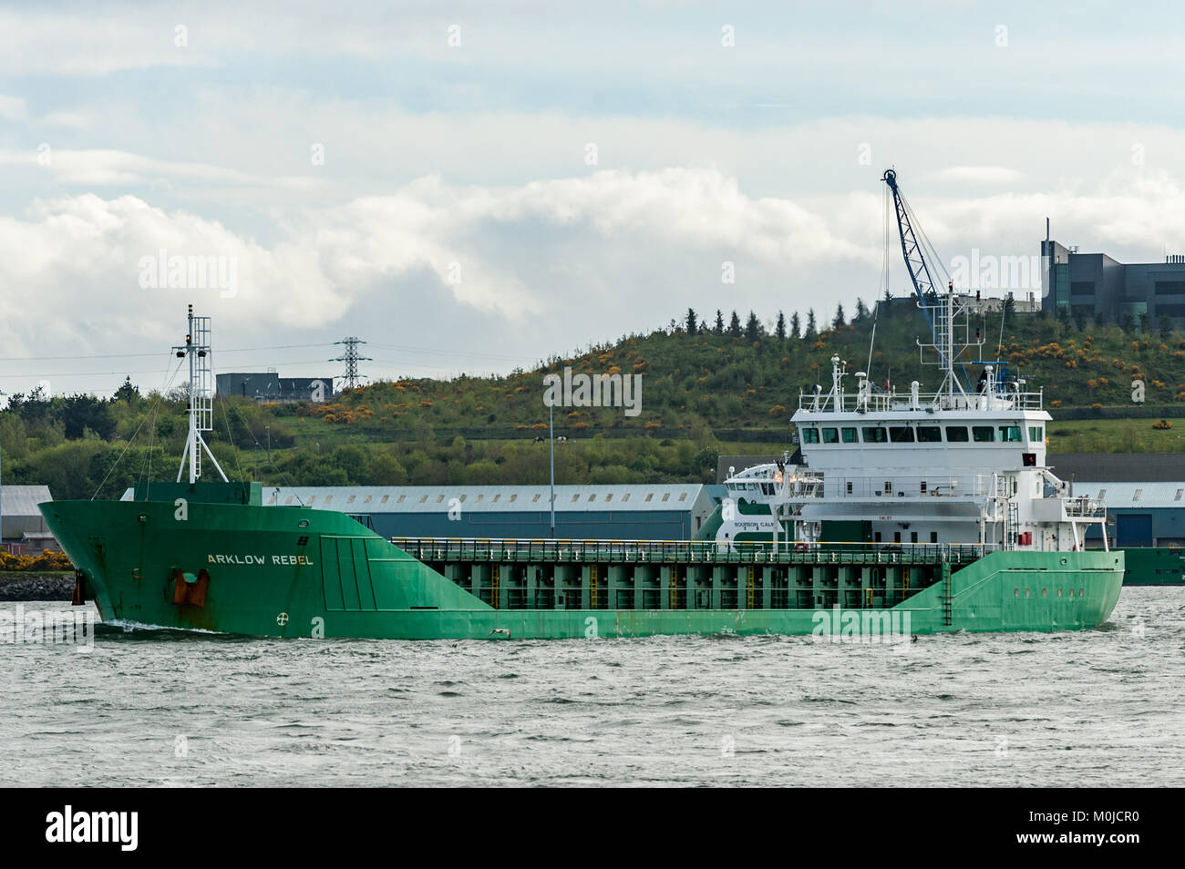 Aklow Rebell, ein General Cargo ship, Segel durch Cobh, County Cork, Irland. Stockbild