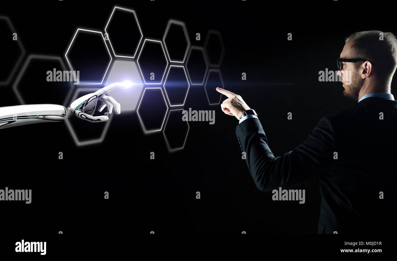 Geschäftsmann und Roboter berühren Netzwerk Hologramm Stockbild