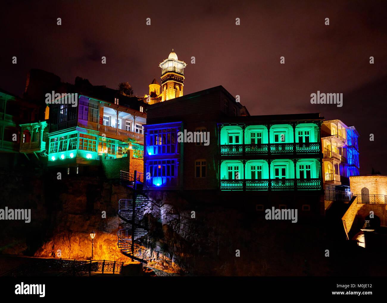 Die Festung Narikala und öffentliche Schwefelsäure Badewanne mit bunten Lichtern in der Nacht im Zentrum Stockbild