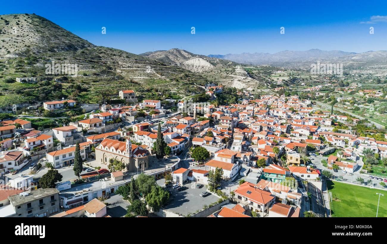 Aerial blick aus der vogelperspektive kalavasos village tal larnaca zypern eine traditionelle - Vogelperspektive englisch ...