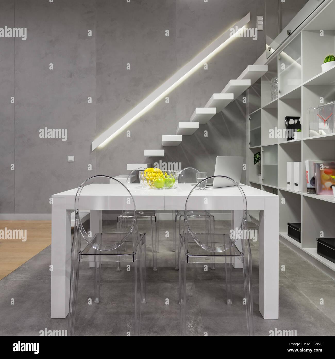 moderne treppe bucherregal, loft apartment mit weißer tisch, moderne transparente stühle, Design ideen