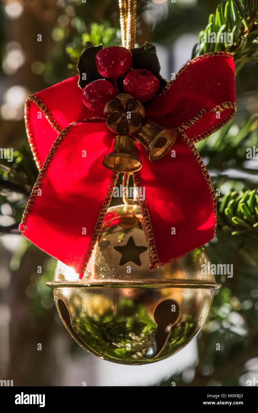 Weihnachtsbaum England.Goldene Christbaumkugel Mit Band Am Weihnachtsbaum London England