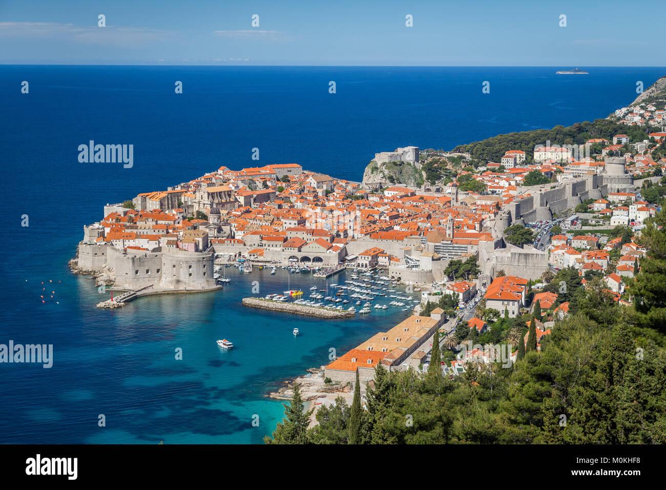 Panoramablick auf die Altstadt von Dubrovnik, eines der bekanntesten touristischen Destinationen im Mittelmeer, Stockbild