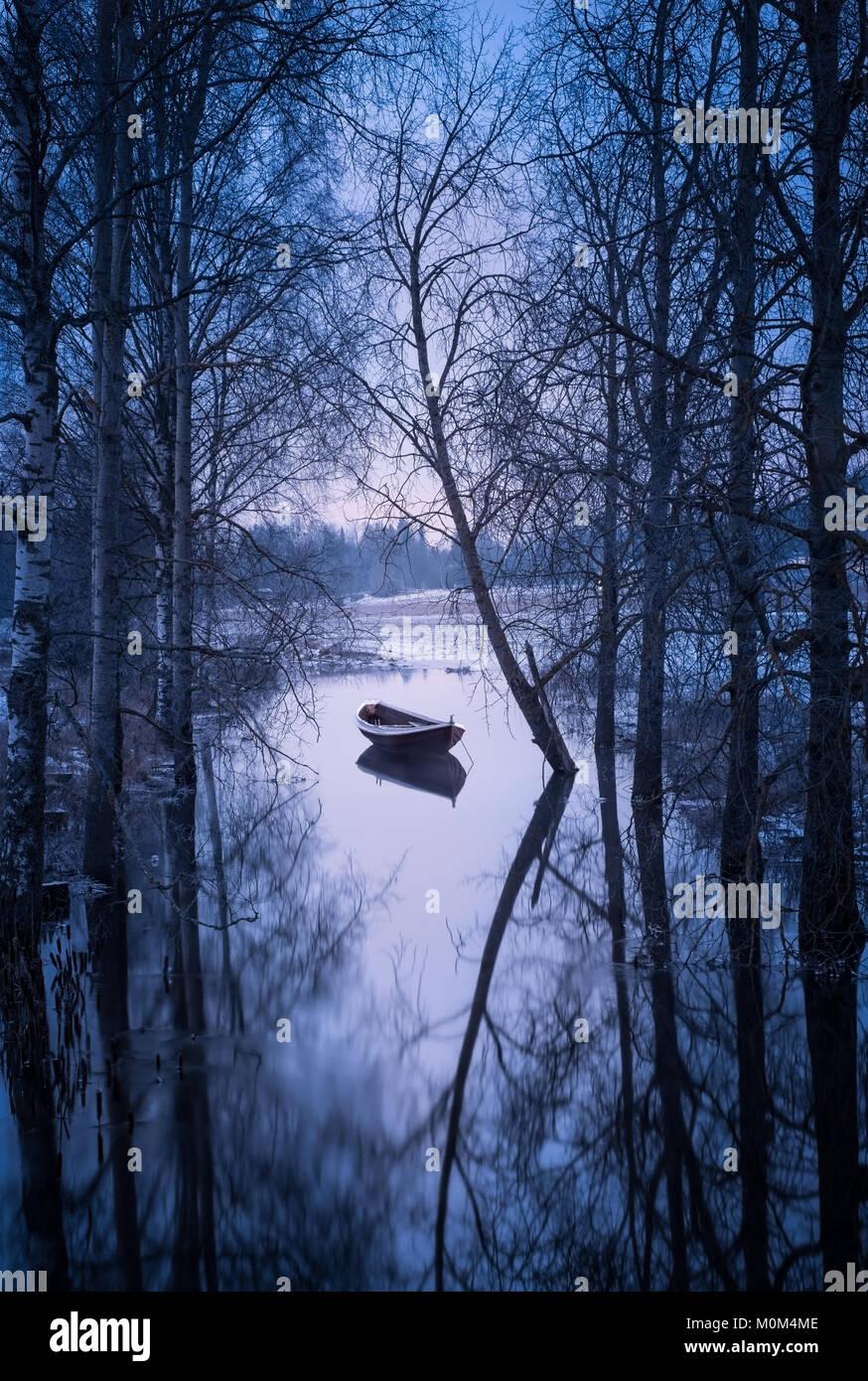 Winterlandschaft mit Sonnenuntergang und Boot am Abend in Finnland Stockbild
