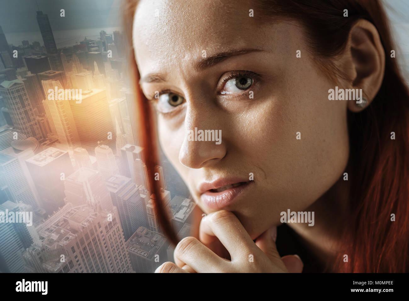 Stressige Frau die Hand in der Nähe von Mund Schrecken, und gerade auf der Suche. Stockbild