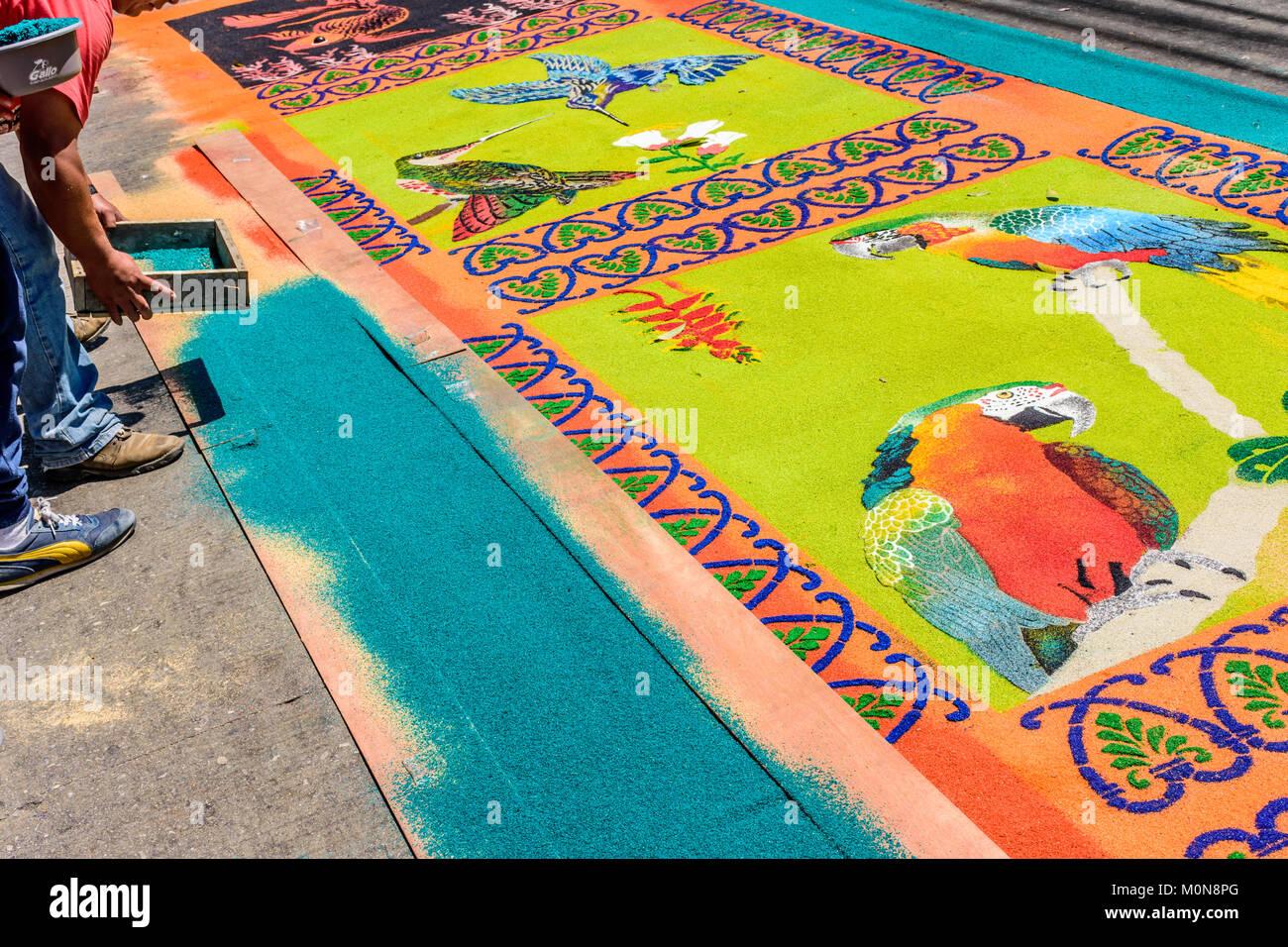 Antigua, Guatemala - 13. April 2017: Dekorieren gefärbte Sägespäne Gründonnerstag Prozession Teppich in der Stadt Stockfoto