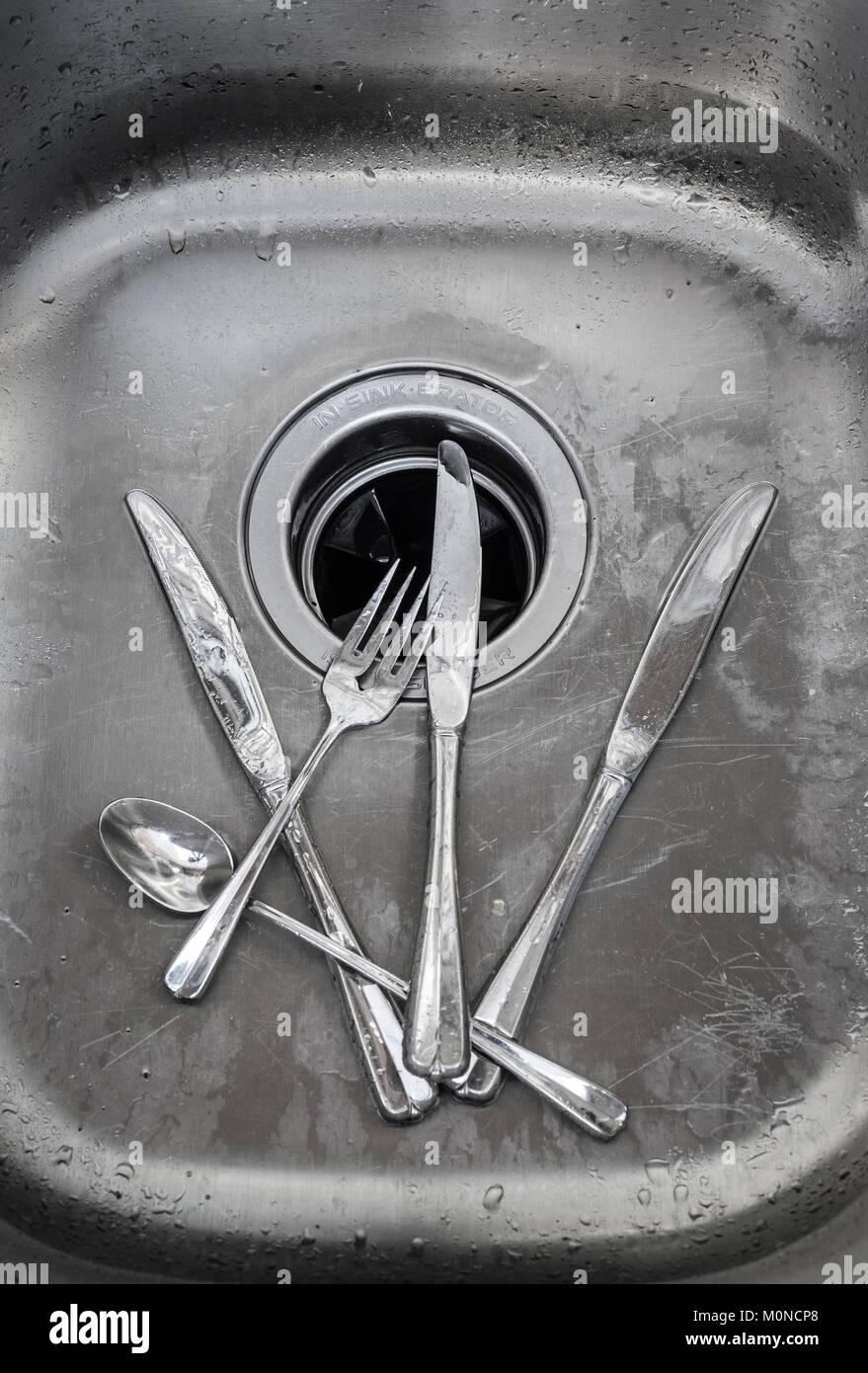 Besteck Messer, Gabel und Löffel in einem Spülbecken Stockbild