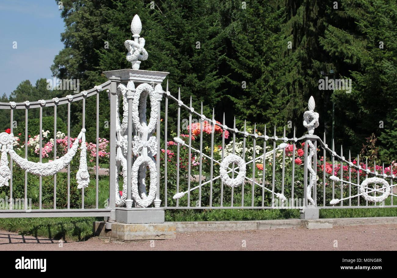 Schmiedeeiserne Schmiedeeisen Zaun Von Rose Garden Stockfoto Bild