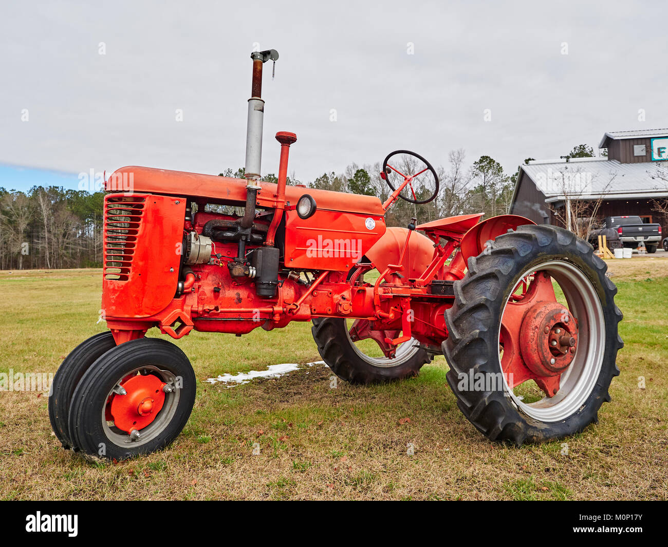 Old Red vintage antik Fall farm Traktor auf dem Bauernhof Markt in ländlichen Hecht Straße Alabama in den USA. Stockfoto