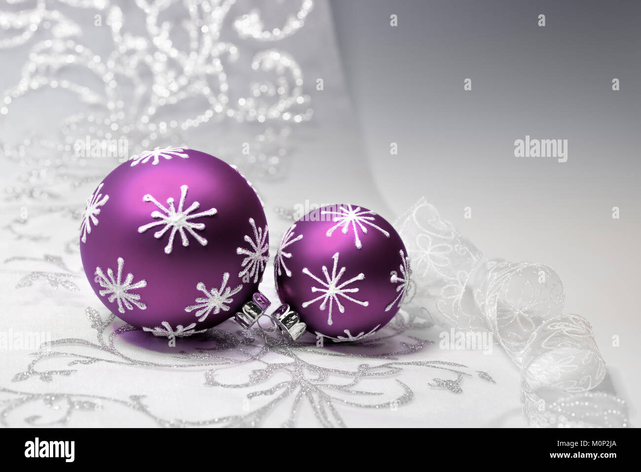 Christbaumkugeln Violett.Lila Christbaumkugeln Mit Silber Verzierung Auf Silbernem