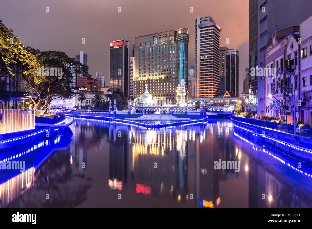 Büro gebäude spiegeln sich im Wasser des Klang Fluss vor dem Jamek Moschee (MASJID) im Herzen von Kuala Stockbild