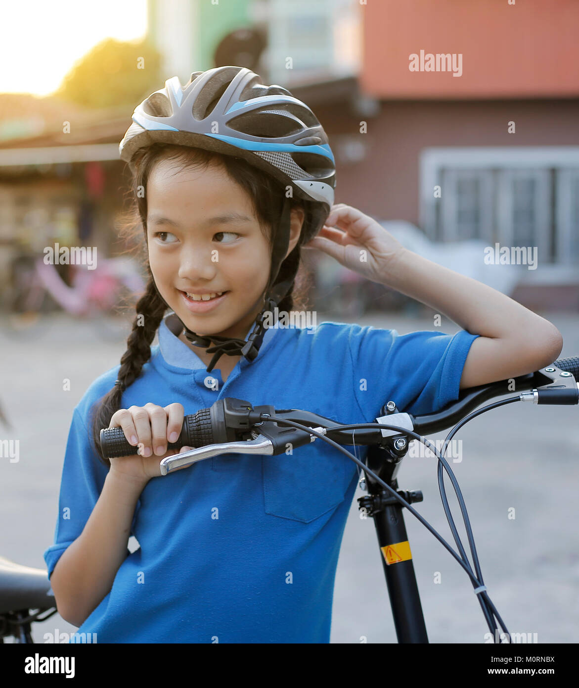 Kind, Mädchen mit Faltrad. Stockbild