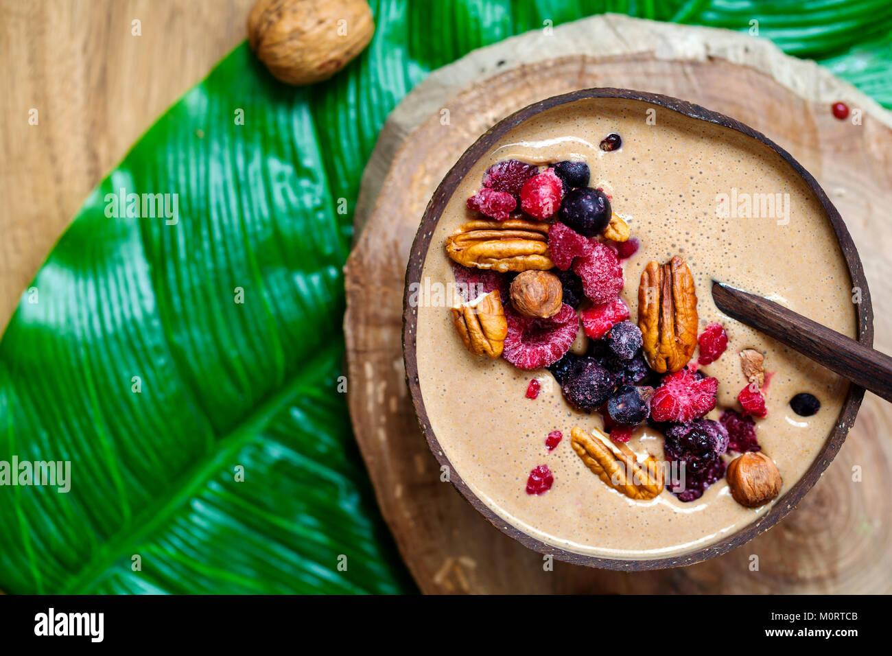 Schokolade Smoothie mit gefrorenen Beeren und Nüssen Stockbild