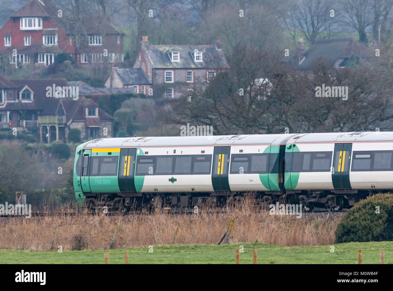 Southern Rail Zug durch die South Downs Arun district Landschaft in West Sussex, England reisen. Reisen mit der Stockbild